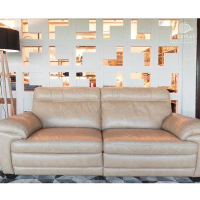 Sofa-drops-com-mecanismos-eletricos-e-2-almofadas-couro-natural-caramelo-ambientada