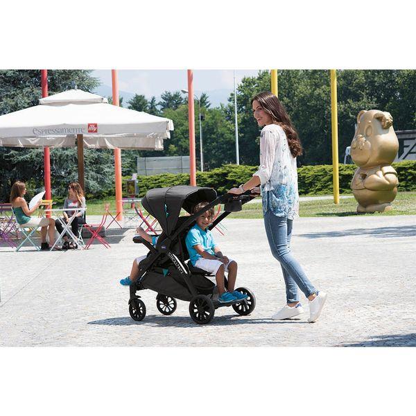 carrinho-de-bebe-chicco-stroll-in--2-octane-mae-com-filho-passeando
