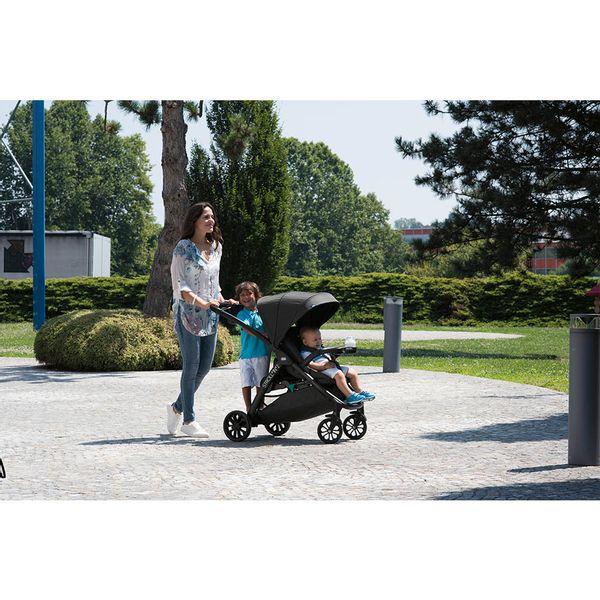 carrinho-de-bebe-chicco-stroll-in--2-octane-mae-com-filho-passeando2