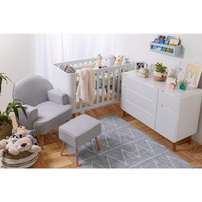 kit-quarto-infantil-curvo-branco-com-berco-e-comoda-e-poltrona-capri-linho-cinza-ambientada