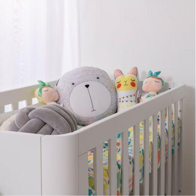 kit-quarto-infantil-curvo-branco-com-berco-e-comoda-e-poltrona-capri-linho-cinza-detalhe-berco