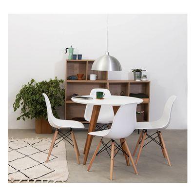 conjunto-mesa-square-redonda-88cm-tampo-branco-cadeira-com-quatro-cadeira-eiffel-ambientada
