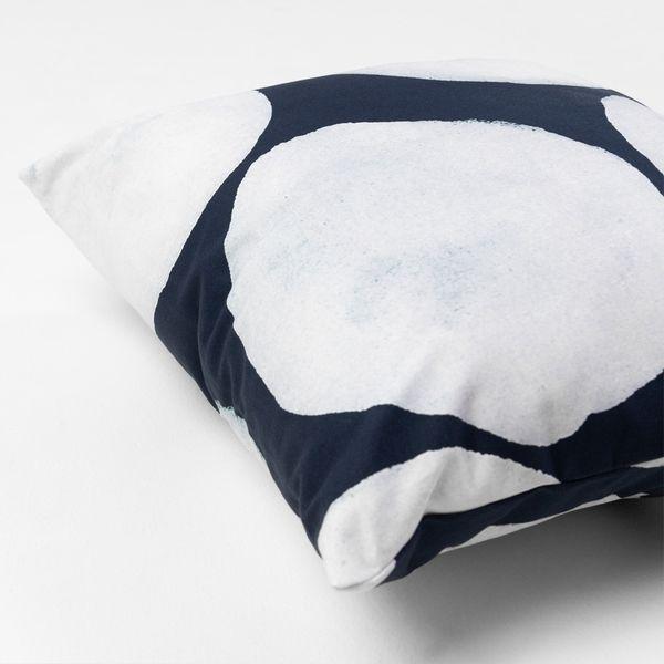 almofada-quadrada-la-stampa-bolhas-azul-marinho-diagonal