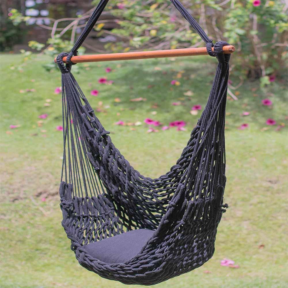 rede-cadeira-suspensa-corda-preta-em-ambiente